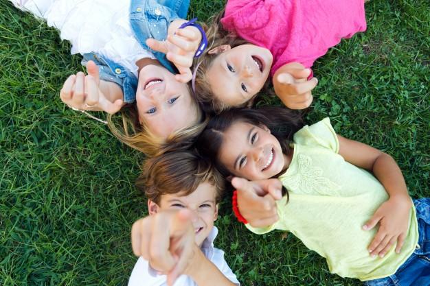 groupe-enfants-s-amuse-dans-parc_1301-6890